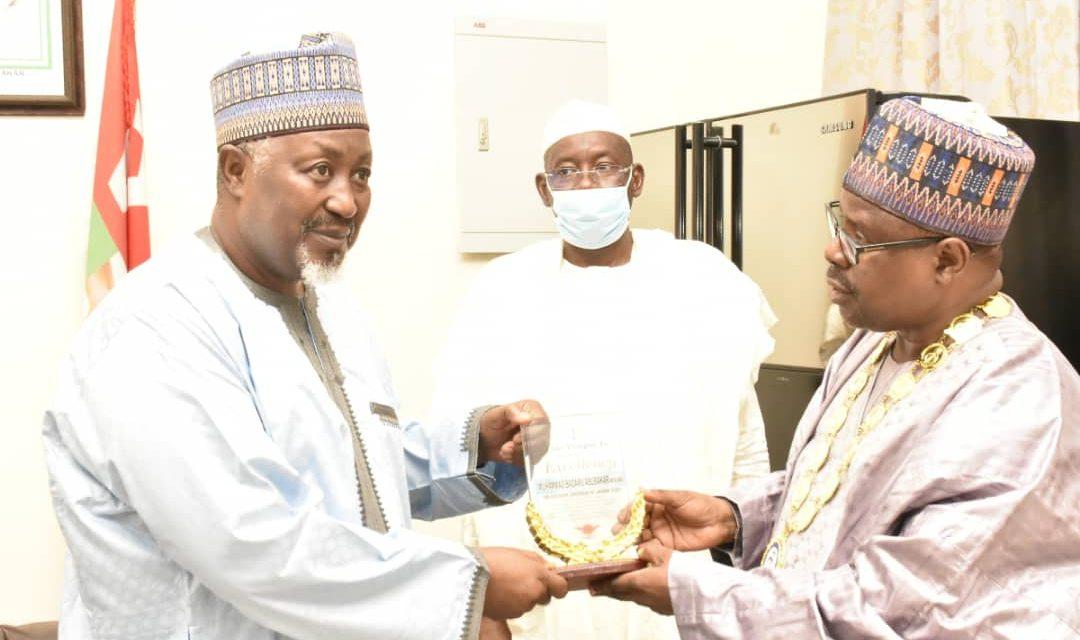 https://niqs.org.ng/wp-content/uploads/2021/06/NIQS-President-Abba-Tor-presenting-a-plaque-to-the-Governor-of-Jigawa-State-Alhaji-Badaru-Abubakar-1080x640.jpeg